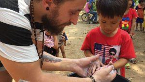 Tobi Vorwerk im CFI Kinderdorf in Kambodscha, Hände waschen, Corona-Nothilfefonds